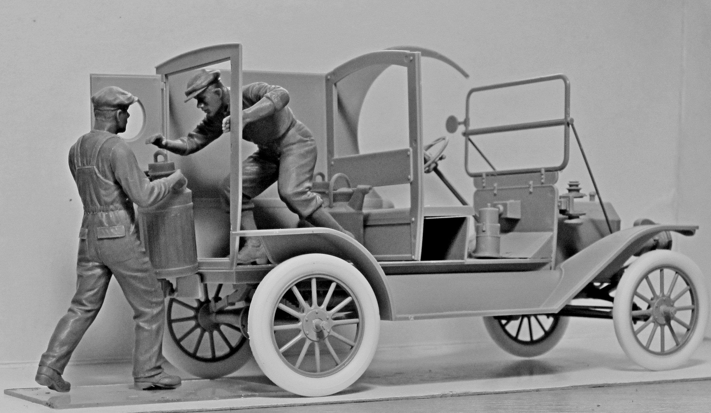 1/24 American Gasoline Loaders (1910s) (2 figures) (100% new molds) 24018