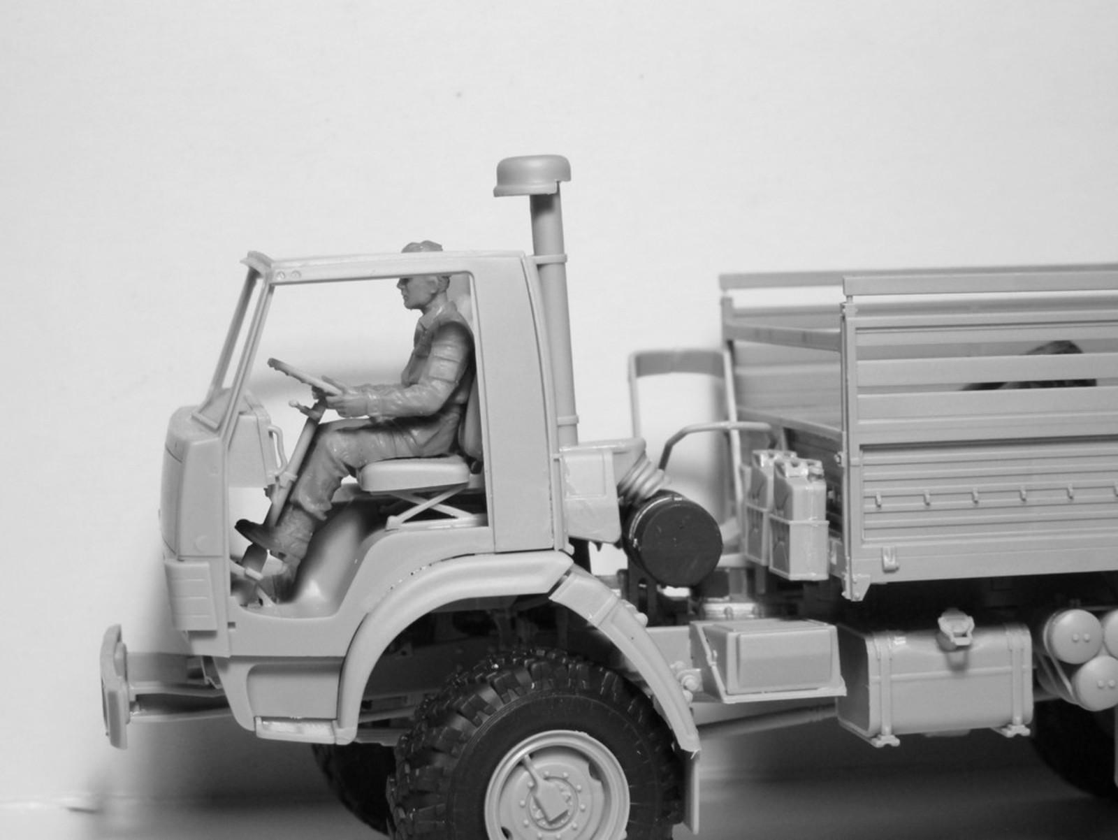 1/35 ZiL-131 KShM with Soviet Drivers 35524