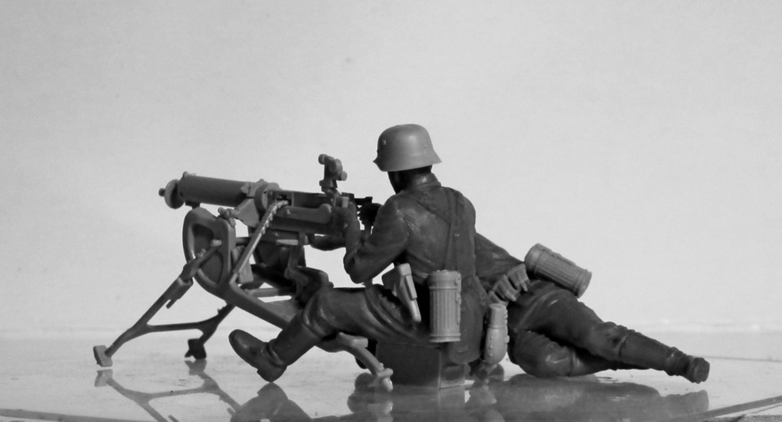 1/35 WWII German MG08 MG Team (2 figures) (100% new molds) 35645
