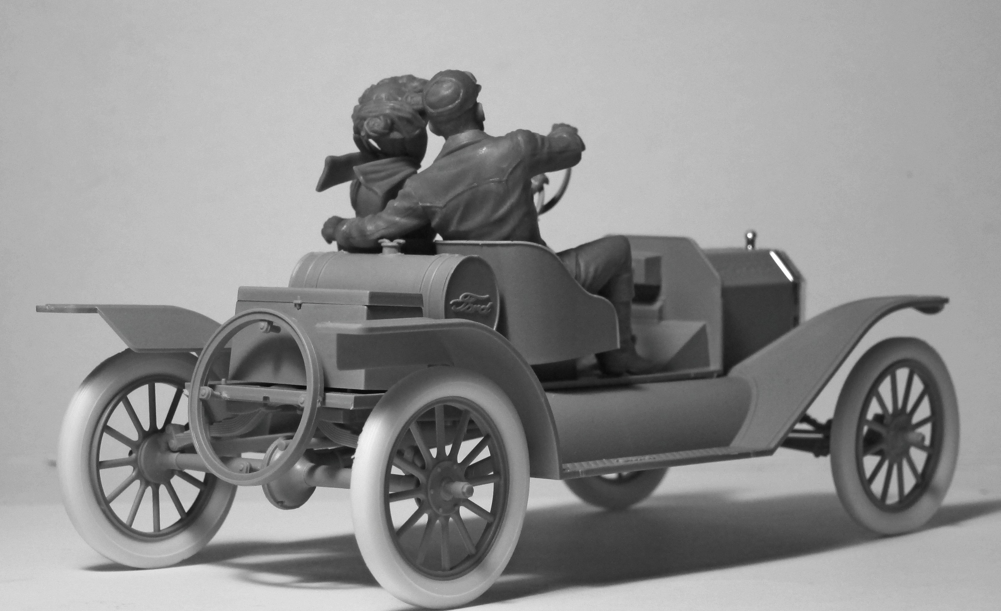 1/24 American Sport Car Drivers (1910s) (1 male, 1 female figures) (100% new molds) 24014